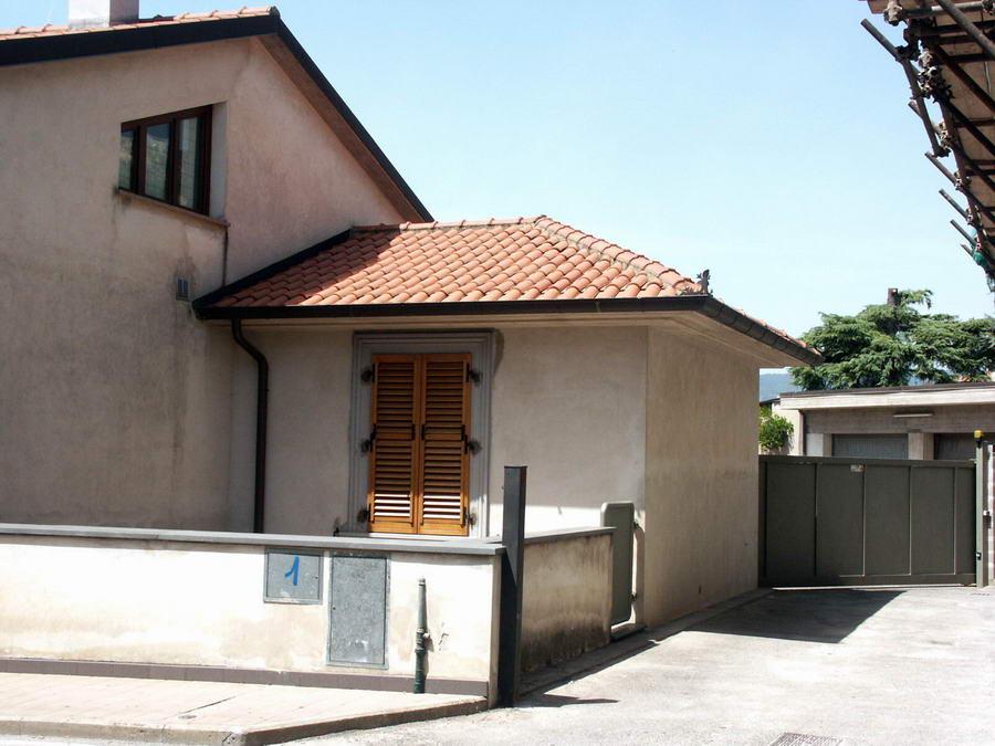 Vendo casa monsummano terme vendesi casa indipendente con for Comprare garage indipendente